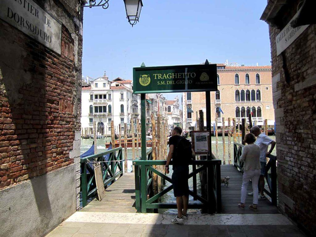 Canal Grande mit Traghetto überqueren